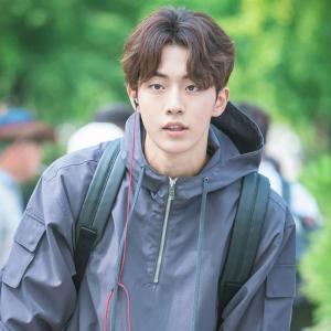 Potongan rambut belah tengah sering ditemukan di drama Korea. Model rambut  ini cukup klasik dan tidak pernah off the trend. Cocok untuk kamu yang  menyukai ... 5538417612